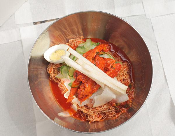 生魚拌冷面。現壓的涼拌麵勁道彈牙,韓國甜辣醬拌著醃過的生魚片和鮮甜酥脆的韓國水晶梨,香辣可口又開胃。(張學慧/大紀元)
