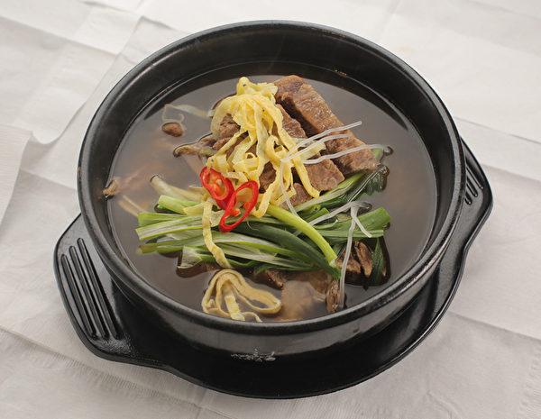 牛排湯。清燉的牛排,用筷子輕輕一撥就可是骨肉分離,肉軟嫩,湯香醇,濃濃的牛肉香卻一點也不油膩。(張學慧/大紀元)