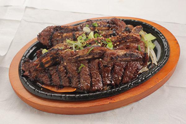 LA烤小牛排。帶骨的小牛排烤的吱吱冒油,嫩嫩的肉帶著汁,鮮甜濃香。(張學慧/大紀元)