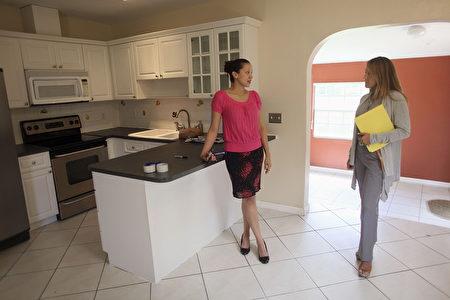 根據皮尤研究中心的調查,近乎九成美國人認為自己是中產階級,但事實上自2000年以來,隨著收入的下滑,有1.9%的中產階級滑入道低收入人群,而超漲的房價則成為他們的一大苦惱。(Joe Raedle/Getty Images)