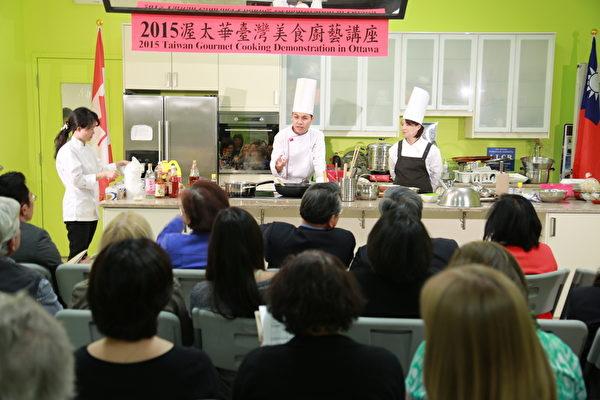 李怡君女士和廖昱翔先生在講解美食的製作過程。(任喬生/大紀元)