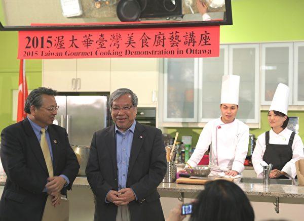 經文處代表令狐榮達先生(左一)、參議員吳清海(Thanh Hai Ngo,左二)參加了21日晚李怡君女士(右一)和廖昱翔先生(右二)的講座。(梁耀/大紀元)