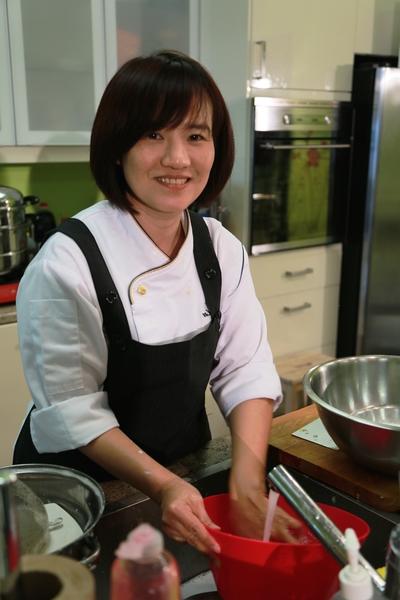 李怡君女士在準備食材。(任喬生/大紀元)