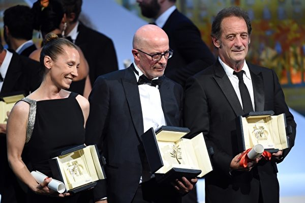 (左起)艾曼纽埃尔•贝尔科(Emmanuelle Bercot)、导演雅克‧欧迪亚(Jacques Audiard)与文森特‧林顿(Vincent Lindon)三位影人将大奖留在法国。(ANNE-CHRISTINE POUJOULAT/AFP/Getty Images)