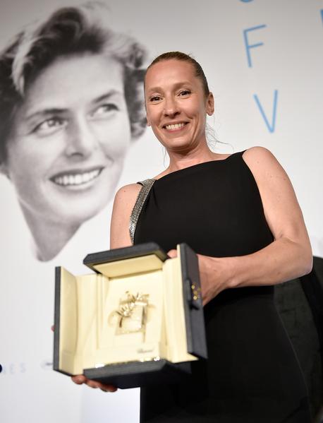 法国演员艾曼纽埃尔•贝尔科(Emmanuelle Bercot)凭着《我的国王》获得最佳女演员奖。 (Photo by Pool/Getty Images)