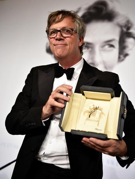 导演托德‧海恩斯(Todd Haynes)代表女星鲁妮‧玛拉领取本届戛纳最佳女演员奖。(Pool/Getty Images)