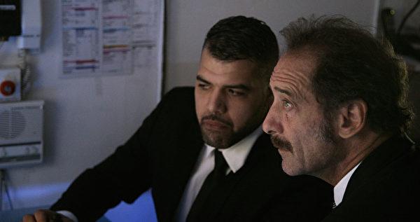 文森‧林顿(右)在《衡量一个人》饰演超市警卫,被迫要揪出在超市行窃的小贼。(海鹏提供)