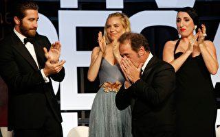 文森‧林顿(右2)致词时几乎泣不成声,台上评审及台下观众也被感动得泪流满面,堪称今年坎城颁奖典礼上最动人的一页。(海鹏提供)