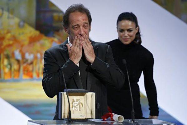 影坛苦熬32年,坎城影帝文森‧林顿(Vincent Lindon)领奖时泣不成声。(海鹏提供)