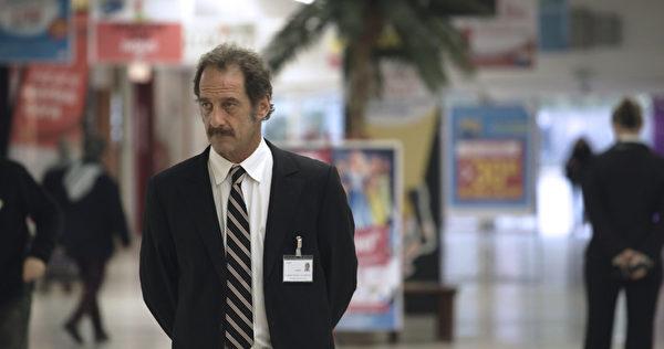 文森‧林顿(Vincent Lindon)以《衡量一个人》的警卫角色荣登坎城影帝。(海鹏提供)