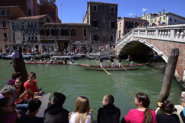 2015年5月24日,威尼斯第41届划船赛,众多船只水上竞技。(OLIVIER MORIN/AFP)