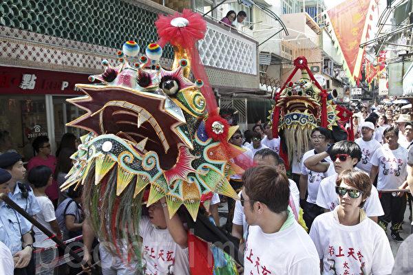 一年一度长洲太平清醮吸引大批市民游客前往参观。(余钢/大纪元)