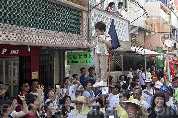 迎佛誕日 近5萬港人湧向長洲觀「飄色巡遊」