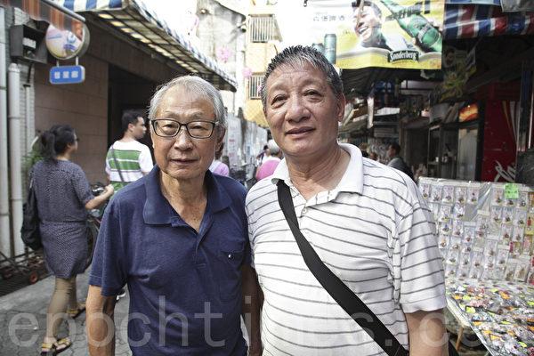 香港著名画家沈平(右)和画家朋友(左)结伴观巡游(余钢/大纪元)