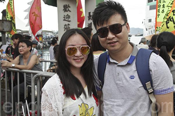 来自深圳的黄先生和胡小姐结伴来观看抢包山比赛。(余钢/大纪元)