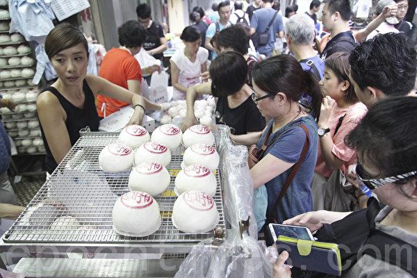 逾四十年历史的老字号饼家郭锦记门口挤满买平安包的市民。(余钢/大纪元)