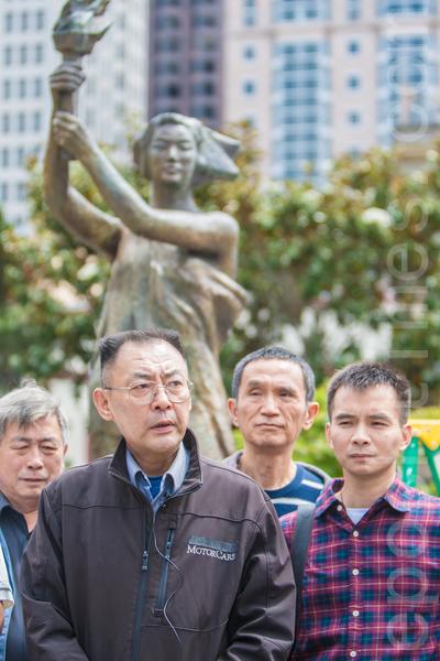 2015年5月25日下午2时,旧金山纪念六四26周年从沐浴女神像拉开序幕。图为5年前发起沐浴民主女神像活动的民主人士葛洵在发言。(马有志/大纪元)