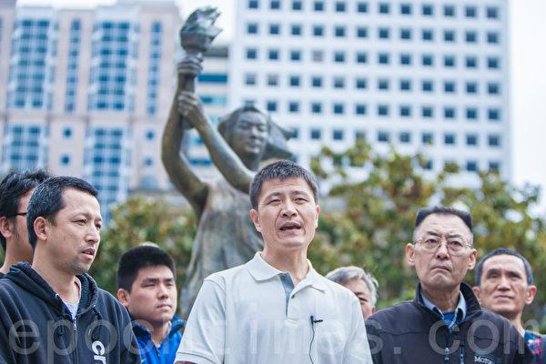 2015年5月25日下午2时,旧金山纪念六四26周年从沐浴女神像拉开序幕。六四学生领袖周锋锁在发言。(马有志/大纪元)
