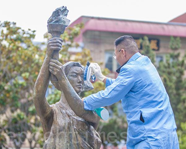 2015年5月25日下午2时,旧金山纪念六四26周年从沐浴女神像拉开序幕。图为5年前发起沐浴民主女神像活动的民主人士葛洵首先为女神像沐浴清洗。(马有志/大纪元)