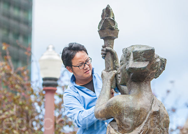 2015年5月25日下午2时,旧金山纪念六四26周年从沐浴女神像拉开序幕。图为刚从大陆来到美国才9个月的80后胡明炜。(马有志/大纪元)