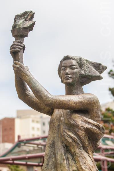2015年5月25日下午2时,旧金山纪念六四26周年从沐浴女神像拉开序幕。图为沐浴清洗后的在旧金山中国城花园角公园的民主女神像。(马有志/大纪元)