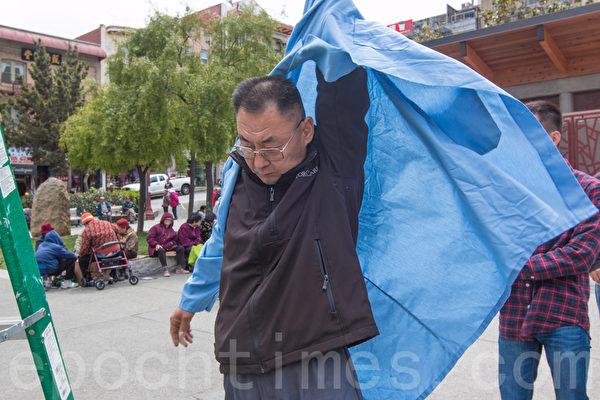 2015年5月25日下午2时,旧金山纪念六四26周年从沐浴女神像拉开序幕。图为5年前发起沐浴民主女神像活动的民主人士葛洵在准备。(马有志/大纪元)