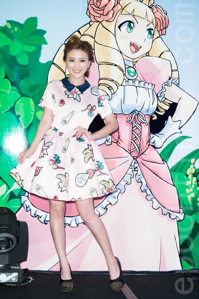 艺人卓文萱5月26日在台北为手机游戏活动站台。(陈柏州/大纪元)