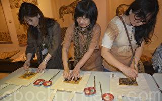 新埔柿染工坊会员示范如何使用柿汁,DIY拓印小提包。(赖瑞/大纪元)