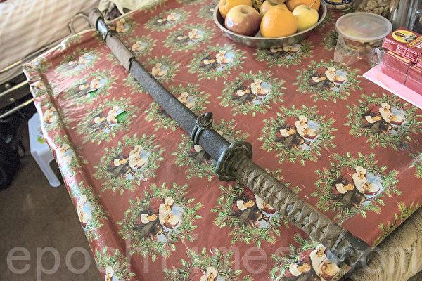 张大明收藏的战利品日本武士刀。(曹景哲/大纪元)