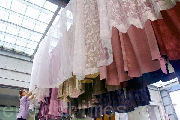 旧窗帘便利洗后,以日光浴自然晾晒。(赖友容/大纪元)
