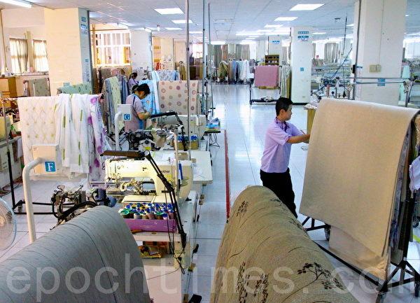 洁净中央厂房里,窗帘全披挂在不锈钢推车上,作业不落地。(赖友容/大纪元)