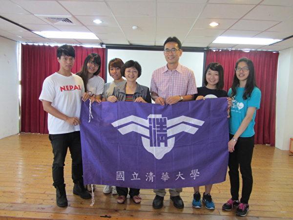 清華大學學務長謝小芩〈左四〉授旗給五位志工團長。右三為清華大學課外活動指導組主任盧向成。(林寶雲/大紀元)