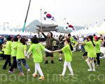 """2015年5月29日至31日,韩国在首尔光化门举办""""2015统一博览会""""。图为脱北者团体高喊南朝鲜统一。(全宇/大纪元)"""