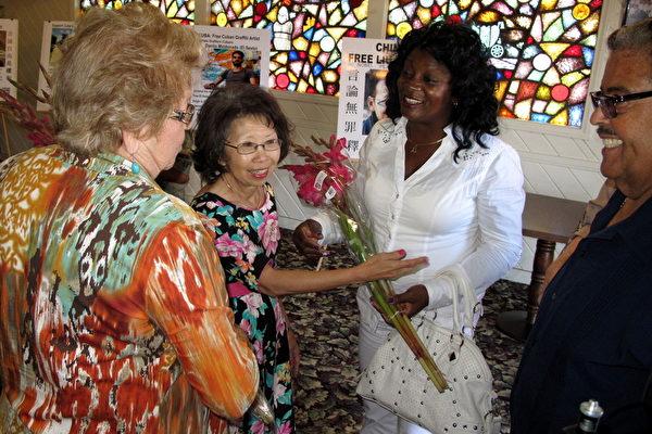 视觉艺术家协会会长刘雅雅欢迎古巴维权人士Berta Soler。(刘菲/大纪元)