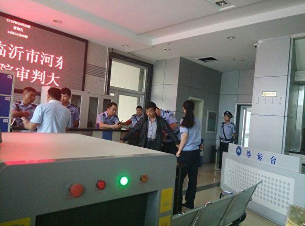 5月29日,徐大麗訴河東區公安局案在臨沂市河東區法院開庭審理,圖為警察在對旁聽者進行高規格安檢。(知情者提供)