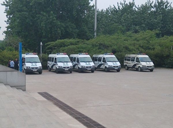 5月26日,伏偉訴臨沂市蘭山區公安局案在臨沂市羅莊區法院開庭審理,當局出動大批警察,坐在五台車內的警察共有百人之多。(知情者提供)