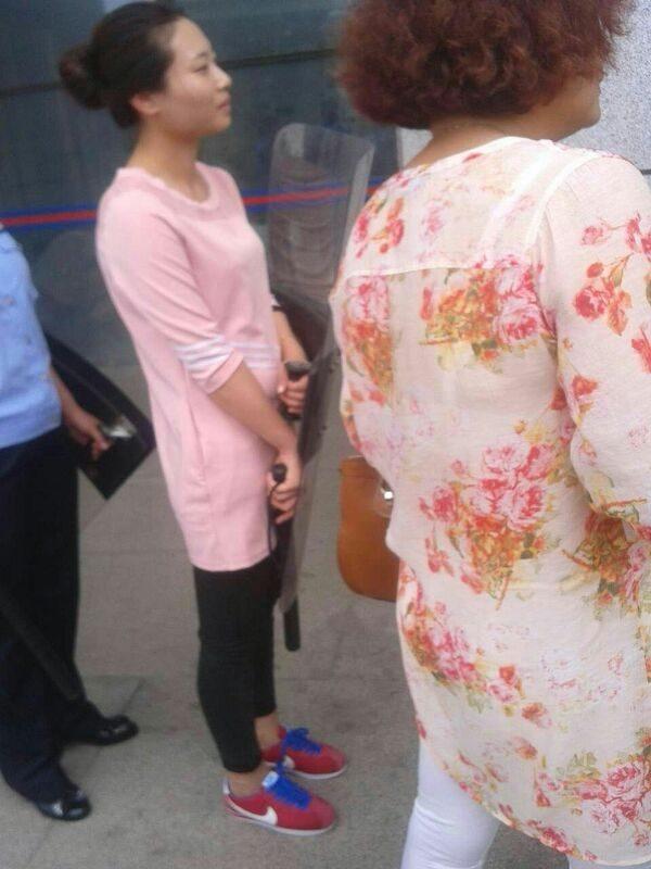 5月26日,伏偉訴臨沂市蘭山區公安局案在臨沂市羅莊區法院開庭審理,當局出動大批警察,就連女性便衣都拿著盾牌和電警棍。(知情者提供)