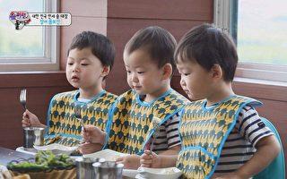 大韩、民国、万岁第一次吃鳗鱼饭。(中天提供)
