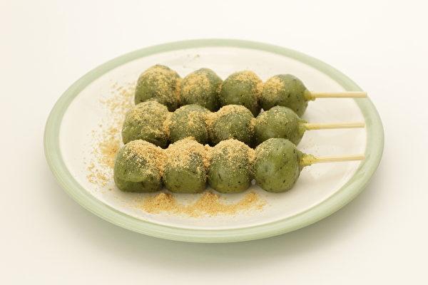 鲜嫩的艾草和糯米粉和在一起,包上馅料,再将其蒸熟即可食用。(Fotolia)