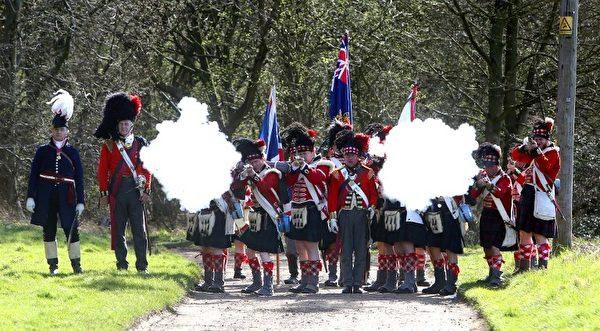 扮演英国军队的历史迷(AFP)