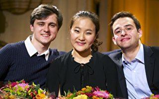 20歲南韓小提琴手林智英(中)獲伊麗莎白女王國際音樂大賽首獎﹐第2名是來自烏克蘭的希米南科(左),第3名是美國人海根(右)。(AFP)