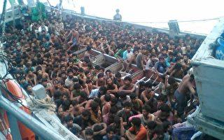 2015年5月29日,就在各国开会谋求解决印度洋难民潮之际,缅甸海军又在南方靠近仰光附近海域,截获一艘戴了727名非法移民的偷渡船。(缅甸海军/Getty Images)