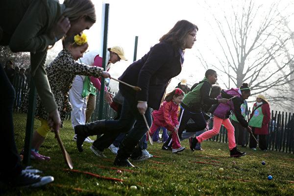 美国大人小孩参加复活节滚彩蛋活动。(Alex Wong/Getty Images)