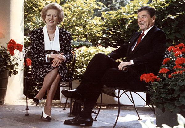 美國前總統里根(右)與英國前首相撒切爾夫人(左)在華盛頓白宮橢圓形辦公室外的天井。攝於1987年7月17日。(MIKE SARGENT/AFP)
