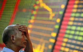 6月15日和16日,中國股市連續兩天下跌,A股兩日下跌289點,跌下5000點和4900點大關。圖為中國安徽省一家證券交易所。(AFP PHOTO)
