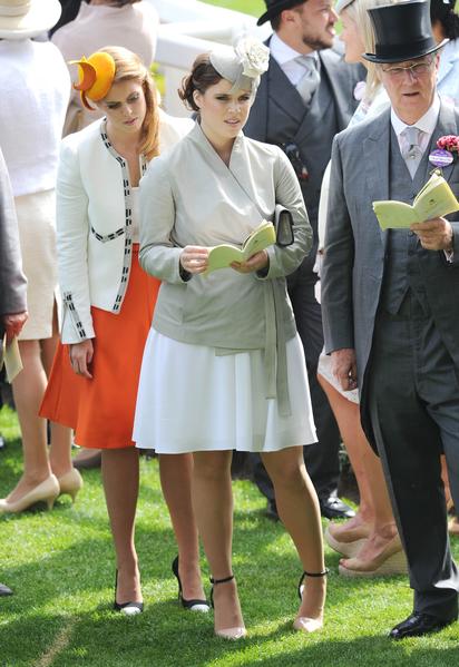 比阿特麗斯公主(左)與尤金妮公主(中)。(Stuart C. Wilson/Getty Images)