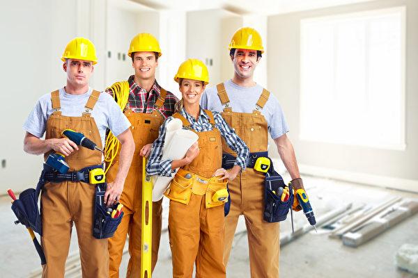 美国劳工统计局发现,施工管理人员的年薪范围可以从82,790美元年到144,520美元。 (Fotolia)