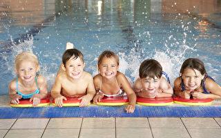 隨著加州進入第四個乾旱年,加州泳池和水療業也面臨挑戰。圖為兒童在在游泳池玩耍。(fotolia)