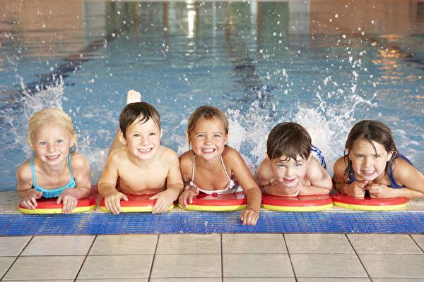 在游泳池儿童(fotolia)