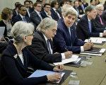 由于六国核伊朗很难达成一致意见,双方核谈判的期限一拖再拖。图为3月份谈判期间。(BRENDAN SMIALOWSKI/AFP)